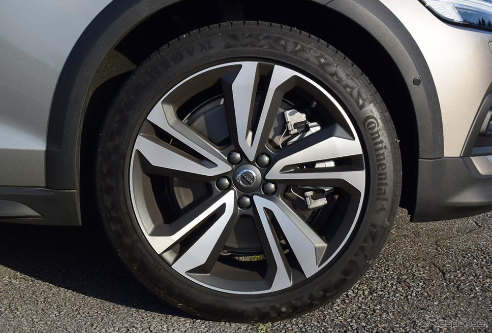タイヤはコンチネンタル「プレミアムコンタクト」。このタイヤのフィールは抜群で、走り味、乗り味の向上に少なからず寄与しているものと思われた。《撮影 井元康一郎》