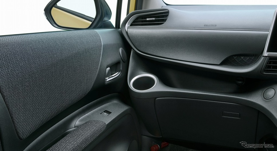 シエンタ 特別仕様車 G グランパー ブラックインテリア 専用ファブリック巻きフロントドアアームレスト《画像:トヨタ自動車》