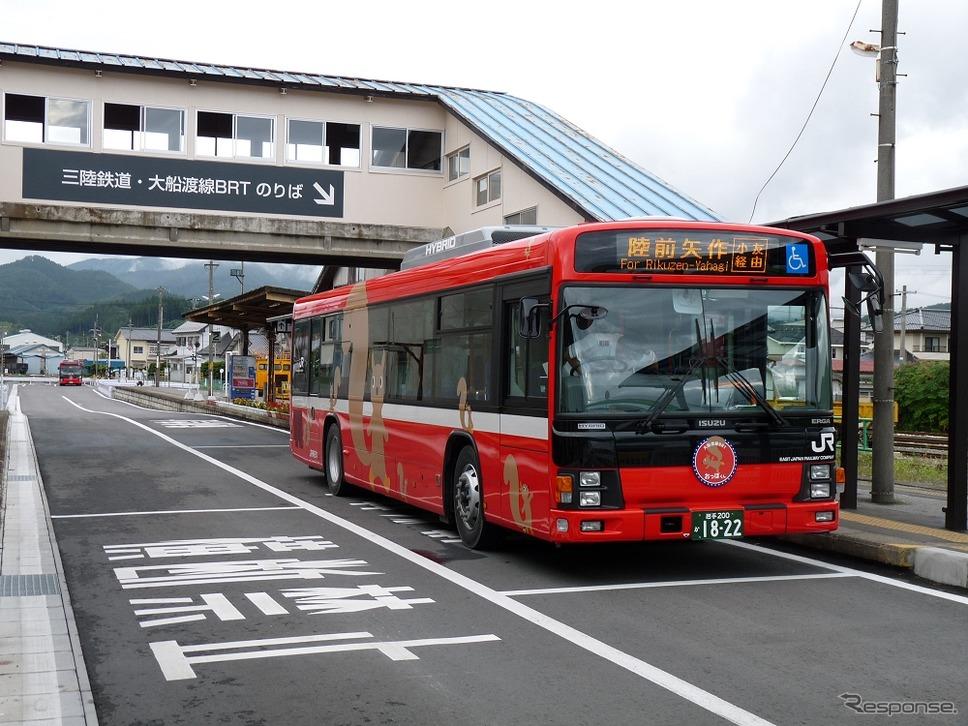 大船渡線BRT盛駅に停車中のバス。《撮影 草町義和》