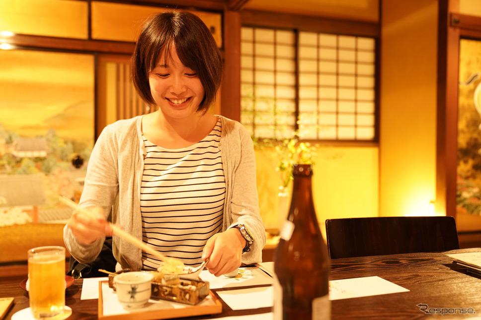 松本城近く、蔵を改装した「ヒカリヤ ヒガシ」でディナーをいただく。《撮影 柳田由人》