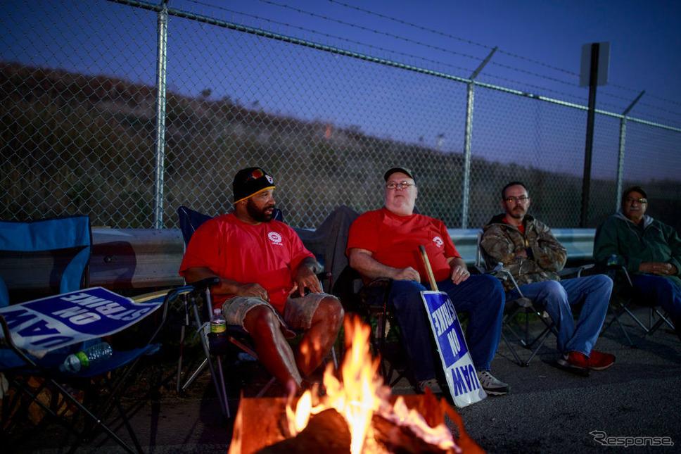 ストライキを続けるGM労働者(10月20日、ベッドフォード鋳物工場)《photo (c) Getty Images》