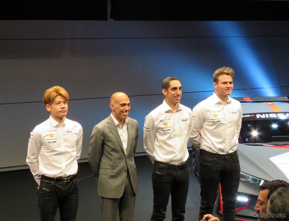 左から高星、日産グローバルモータースポーツダイレクターのマイケル・カルカモ氏、ブエミ、ローランド。《撮影 遠藤俊幸》