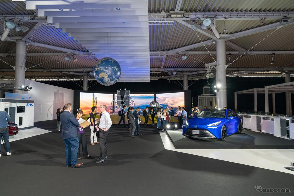 FUTURE EXPOブース2階には、トヨタ MIRAI Conceptやホンダ クラリティ FUEL CELLなどが展示されている。《撮影 関口敬文》