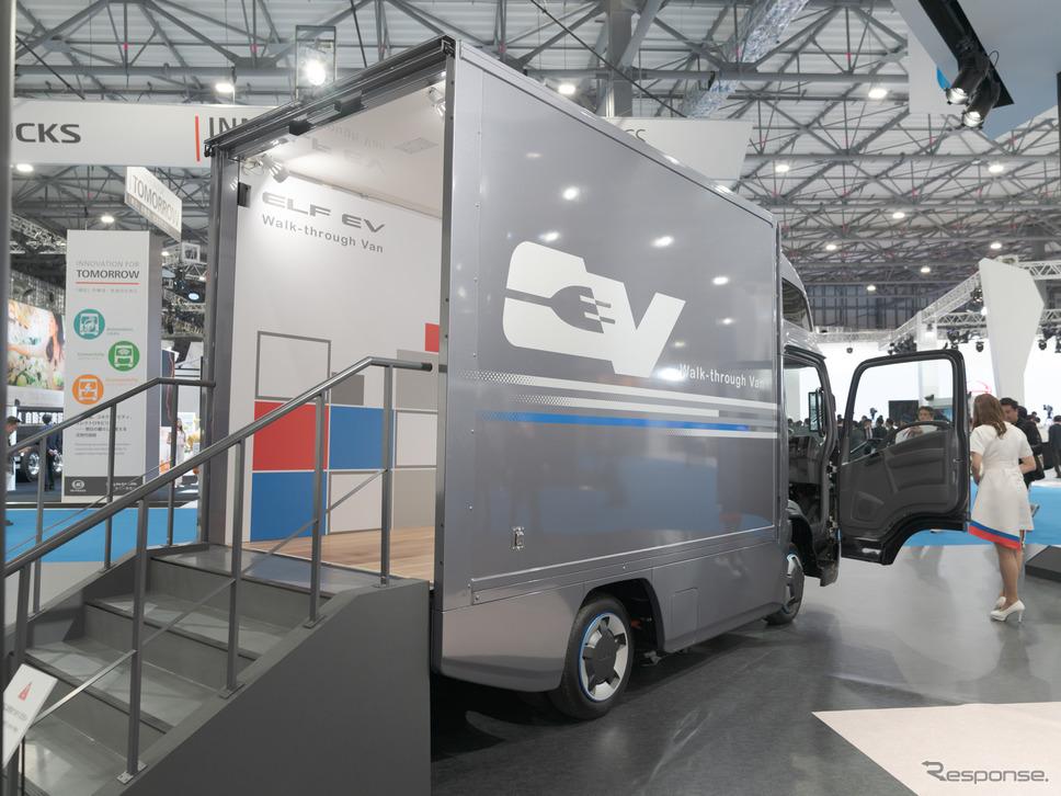 いすゞ自動車のの看板車『エルフ』のEV仕様『エルフEVウォークスルーバン』も展示。《撮影 関口敬文》