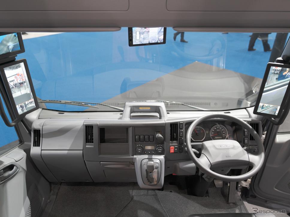 エルフEVウォークスルーバンの運転席。サイドミラー、バックミラーはモニター仕様になっている。《撮影 関口敬文》