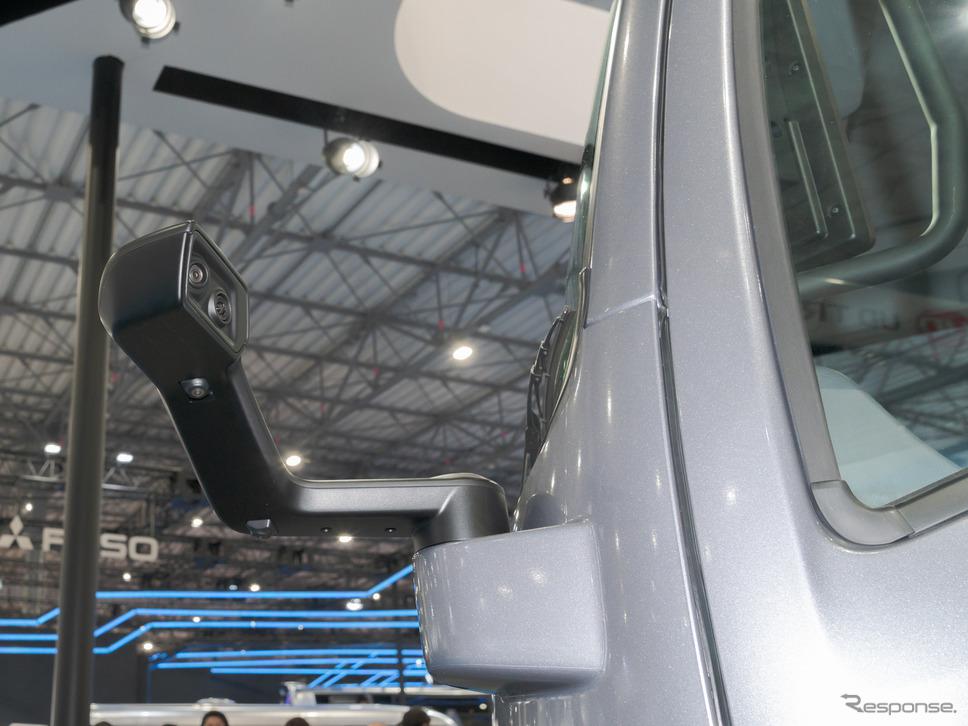 通常サイドミラーがある位置には、カメラが設置されている。《撮影 関口敬文》