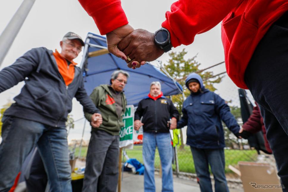 スト妥結を待つ組合員(10月25日、ハムトラムク)《photo (c) Getty Images》