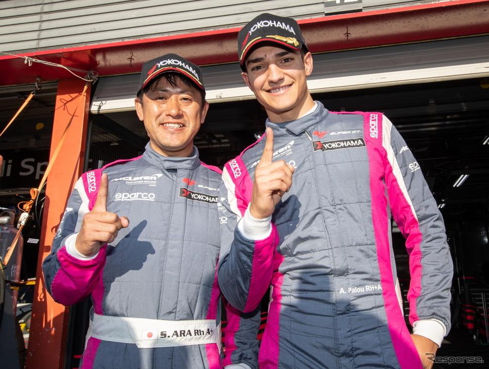 GT300ポール獲得の荒(左)とパロウ(右)。《撮影 益田和久》
