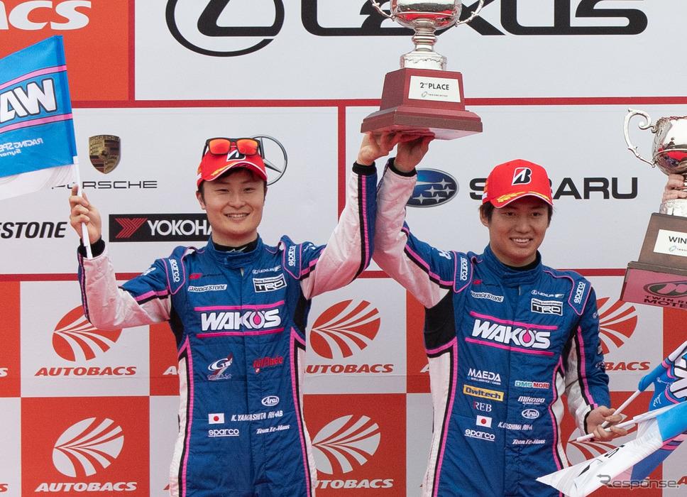 決勝2位となり、GT500ドライバーズチャンピオンに輝いた大嶋和也(右)と山下健太(左)。《撮影 益田和久》