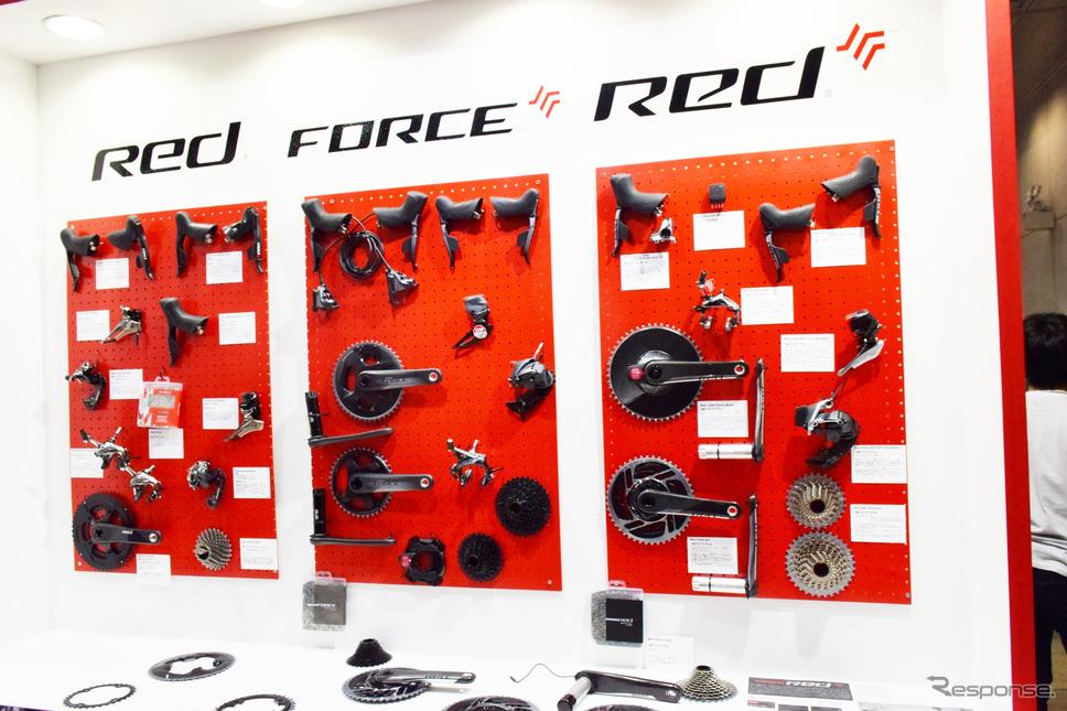 自転車本体だけでなく、ブレーキやギアシステムなどのコンポーネントパーツも展示される《撮影 釜田康佑》