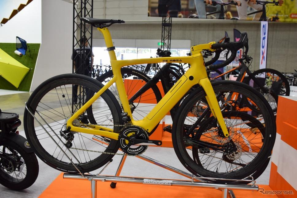 イタリアのデローザのE-ロードバイク。バッテリーが入っているようには見えないスタイリッシュな造形だ《撮影 釜田康佑》