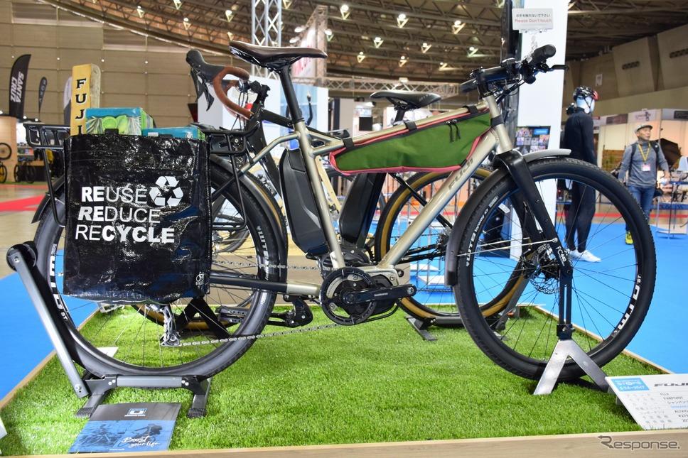 街乗り向けのクロスバイク型E-BIKE。リアバックが便利に使えそう《撮影 釜田康佑》