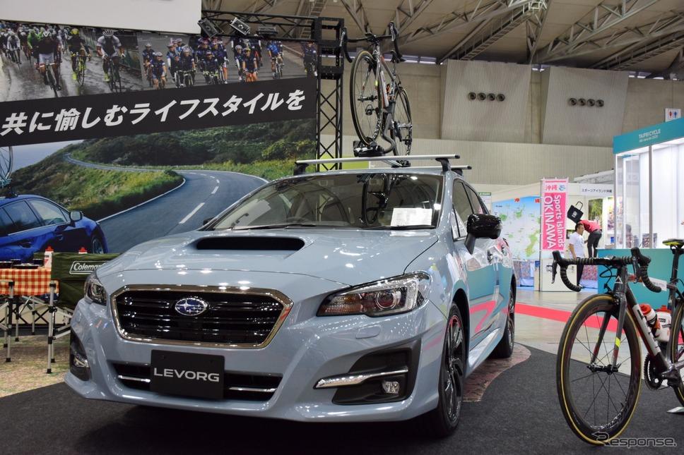スバルブースではレヴォーグを展示。スバルでは日本の各種サイクルロードレースに車両を提供している《撮影 釜田康佑》