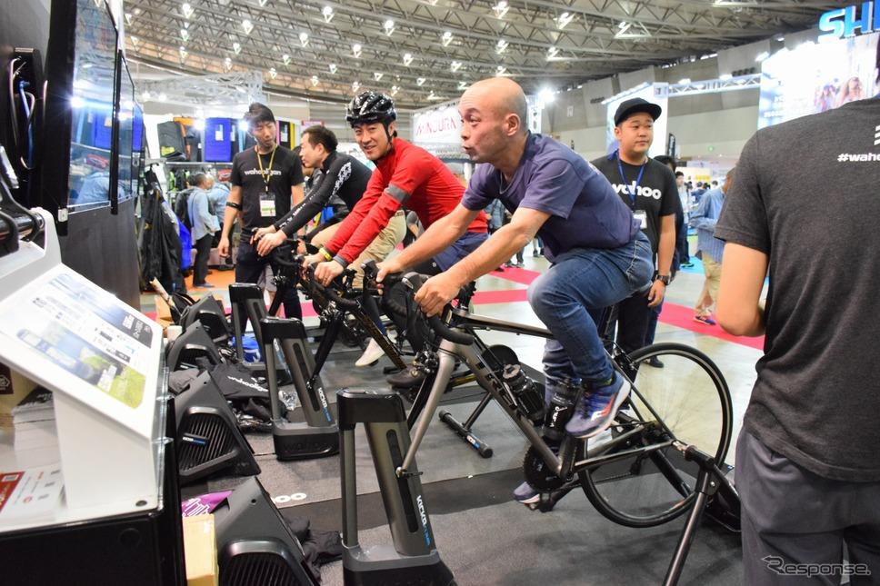 インドア型のサイクルトレーナーの体験も人気のコンテンツだ。《撮影 釜田康佑》