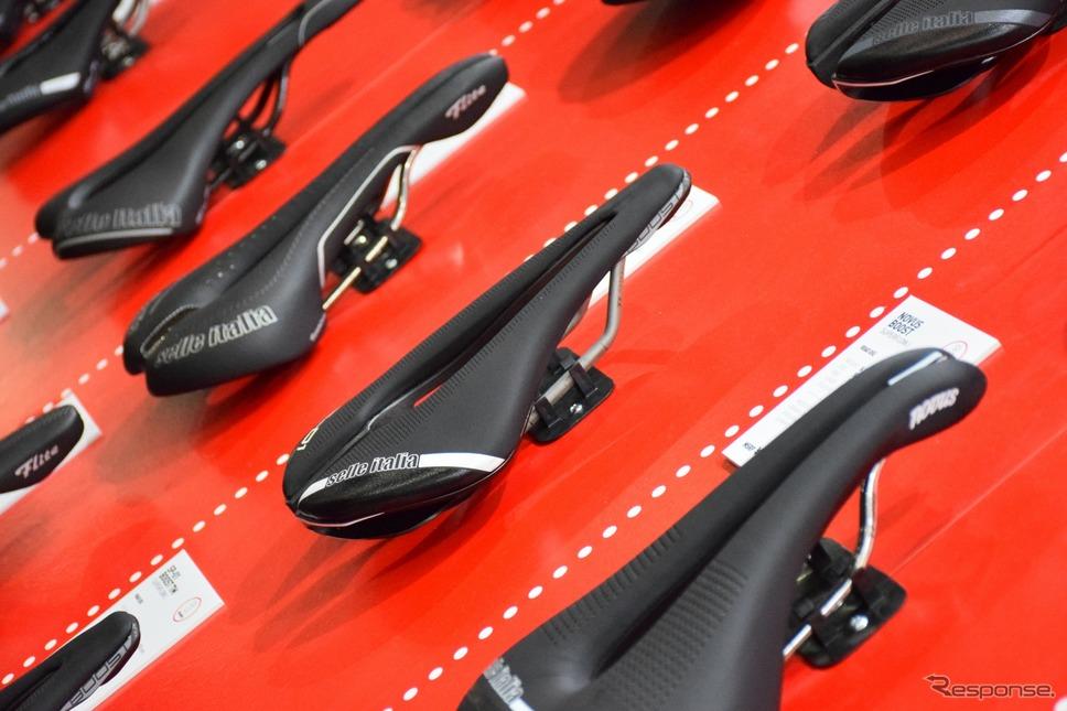 自転車のサドルがこれだけ並べられるのもサイクルモードならでは《撮影 釜田康佑》