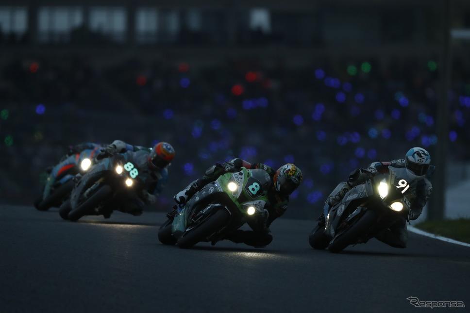 2019年鈴鹿8耐、夕闇迫るサーキットを走るマシン《写真 モビリティランド》