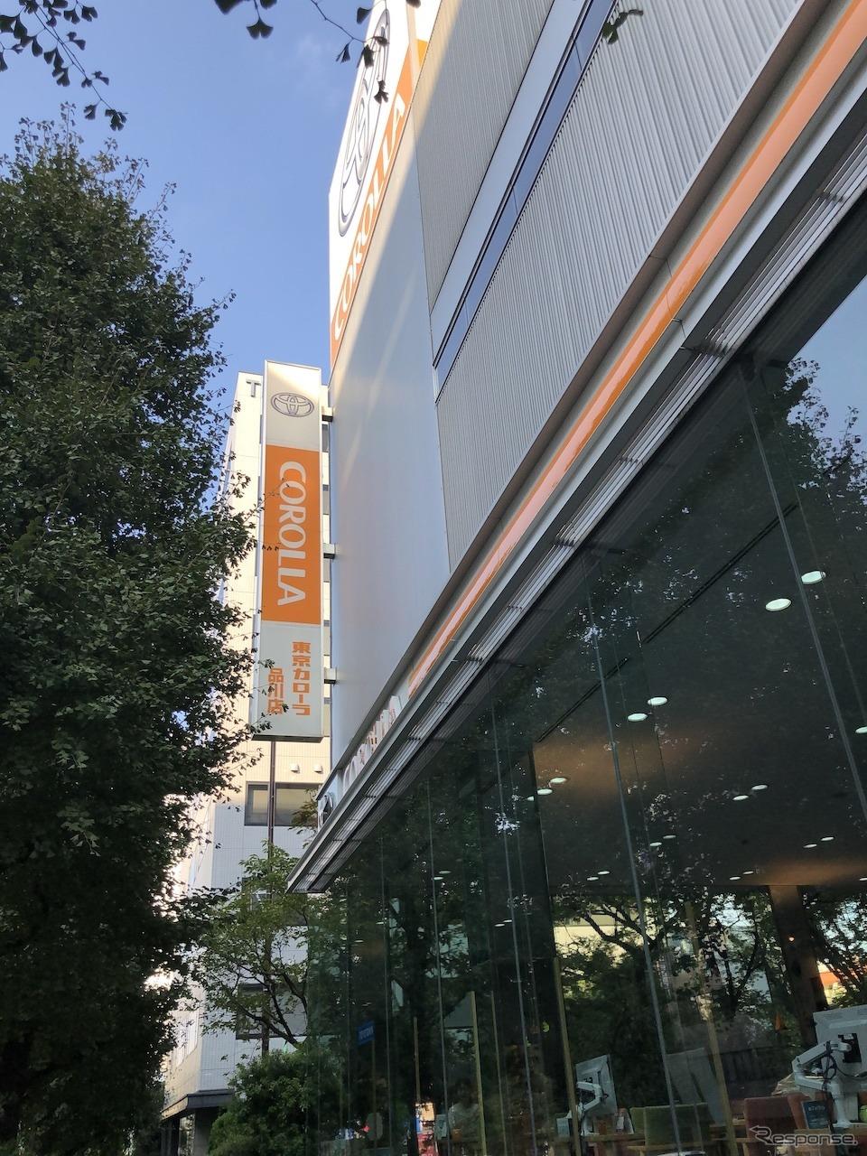 オレンジを基調とするカローラ店の店舗《撮影 藤井真治》