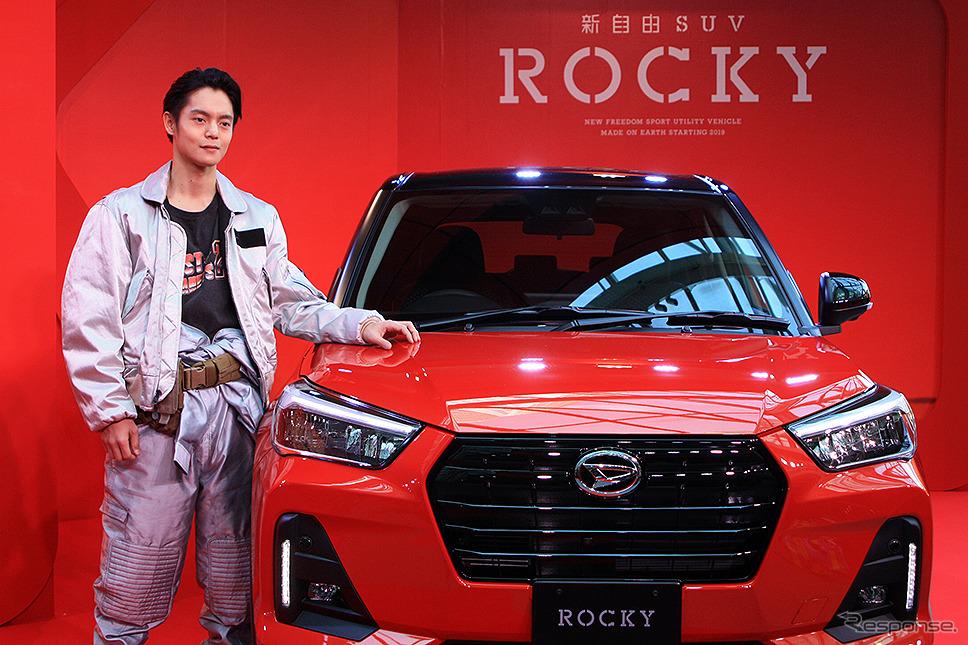 ダイハツ 新型コンパクトSUV『Rocky』ロッキー CMに登場する窪田正孝が実車レポート生CMに挑戦《撮影 大野雅人(Gazin Airlines)》
