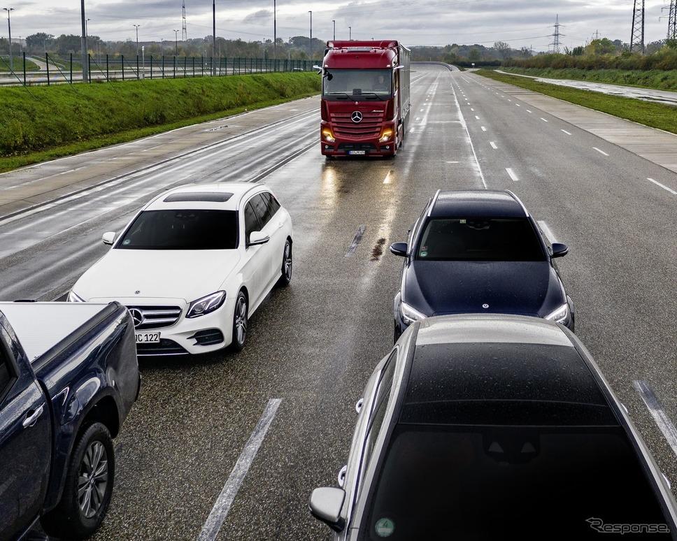 メルセデスベンツ・アクトロス新型のアクティブブレーキアシスト5《photo by Mercedes-Benz》