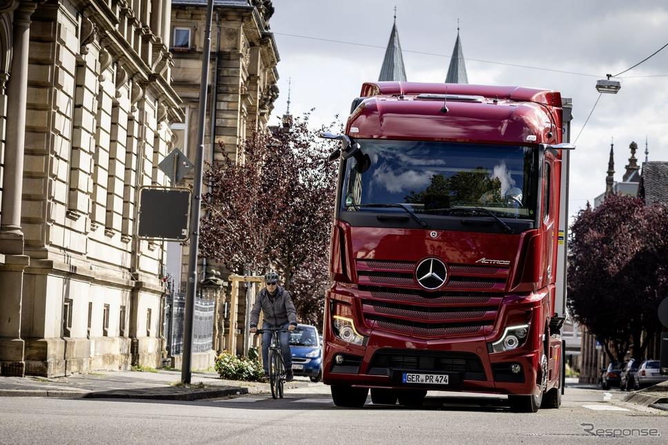 メルセデスベンツ・アクトロス新型のサイドガードアシスト《photo by Mercedes-Benz》