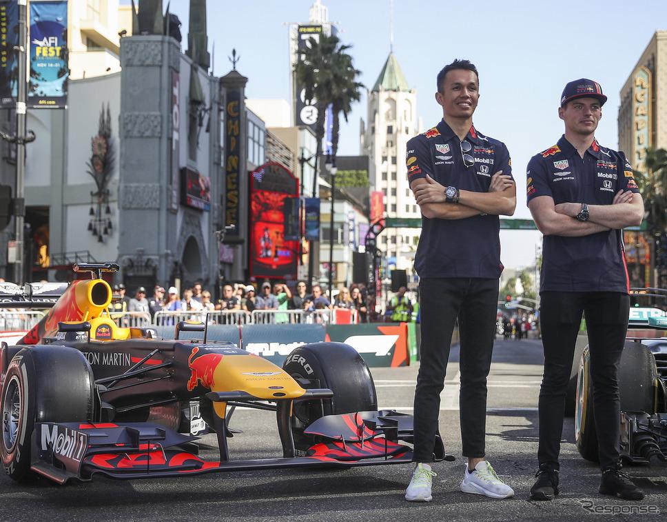 来季もアルボン(左)がレッドブルに残留、フェルスタッペン(右)とコンビを組む(写真のレッドブルF1マシンはデモ用の旧型車)。《写真提供 Red Bull》