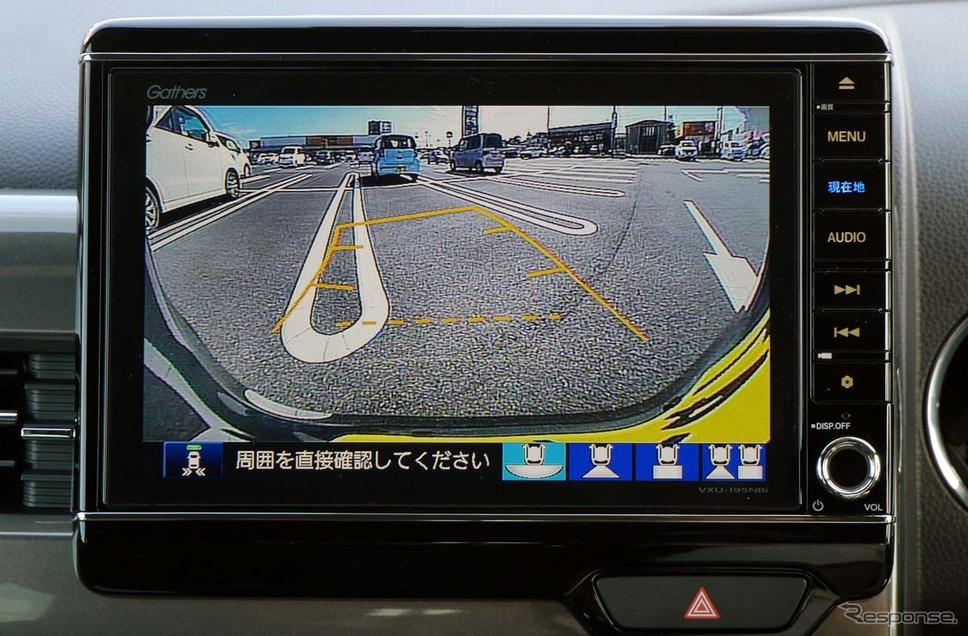 駐車枠にクルマを入れる際、方角がずれているとガイド線の色を変えてそれを知らせる