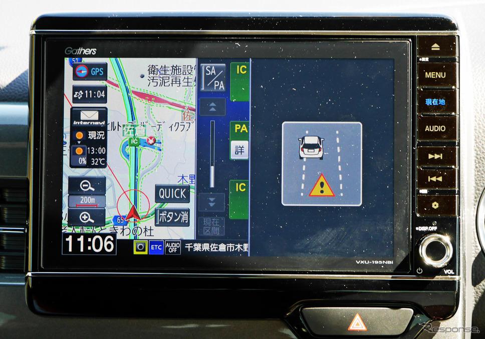 道路上の車線を検知して、ウインカーを操作せずに車線を逸脱しそうになると警報を発する