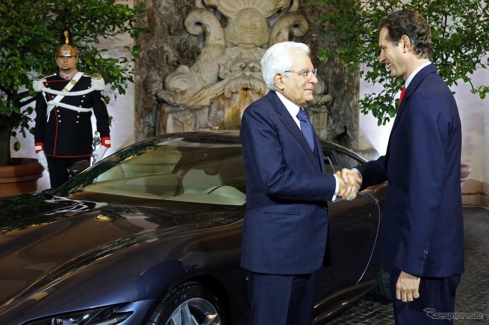 フェラーリ・ローマを視察したイタリアのセルジョ・マッタレッラ大統領。右はフェラーリのジョン・エルカーン会長《photo by Ferrari》