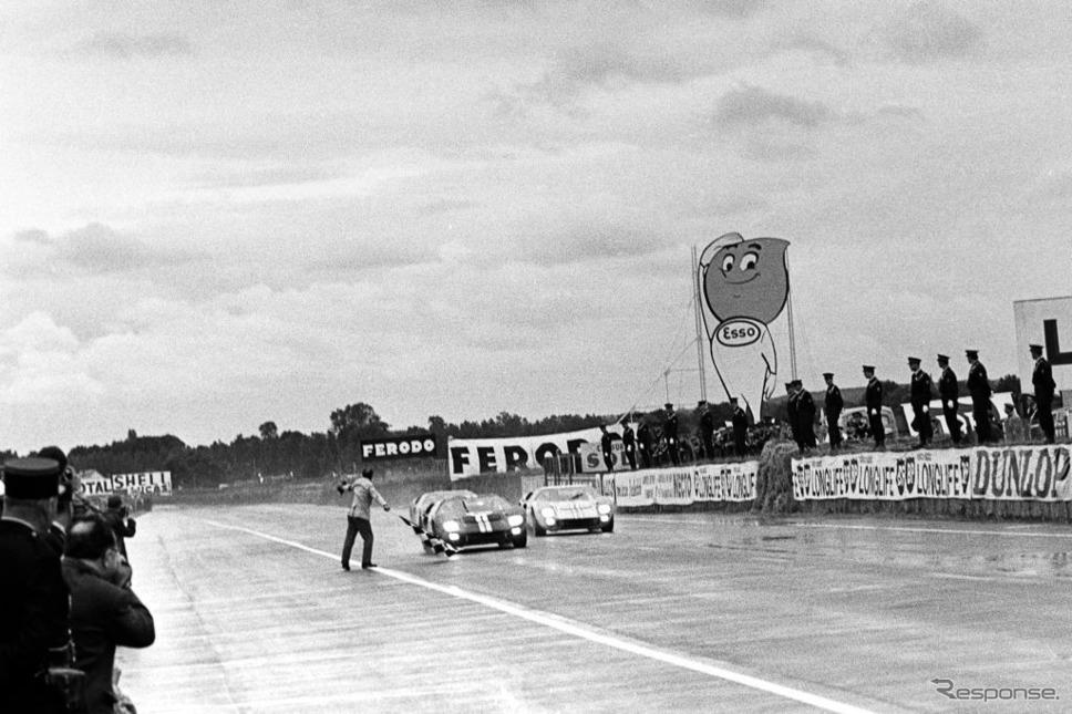 1966年ルマン、クリス・エイモン&ブルース・マクラーレン車(向かって左)が優勝。マイルズ&ハルムは僅差の2位(向かって右)《photo by Getty Images》