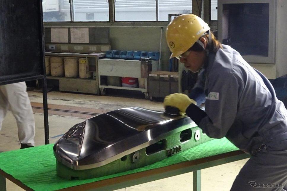 マツダ ツーリング製作部の熟練技能者による金型の磨き仕上げ《撮影 池原照雄》