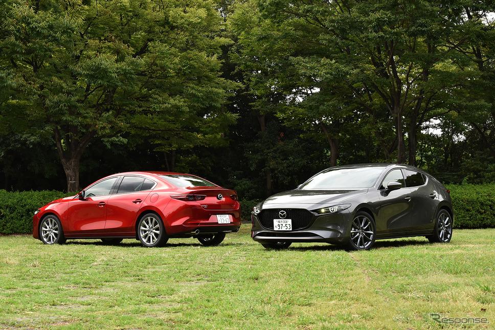 マツダ3 新型 ファストバック(右)とマツダ3 新型 セダン(左)《撮影 中野英幸》
