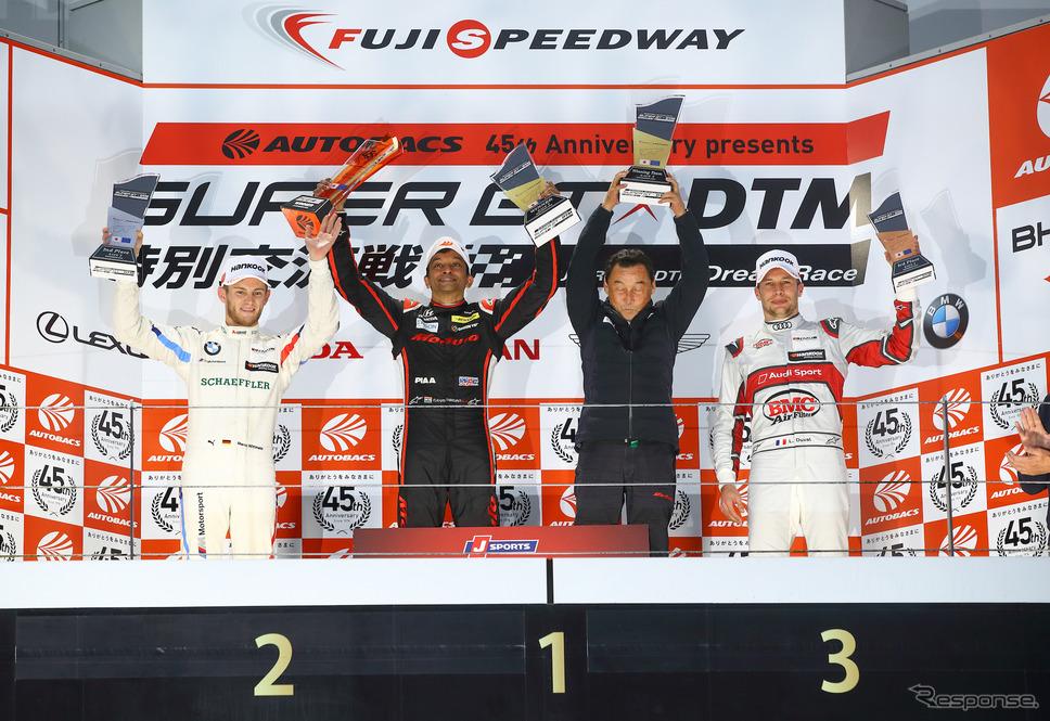 レース2の表彰式。左から2位ヴィットマン、優勝のカーティケヤンと中嶋悟監督、3位デュバル。《撮影 益田和久》