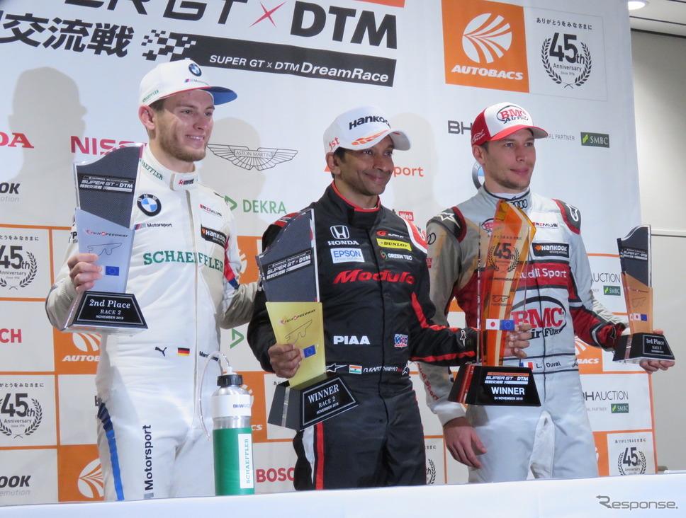 左から2位ヴィットマン、優勝カーティケヤン、3位デュバル。《撮影 遠藤俊幸》