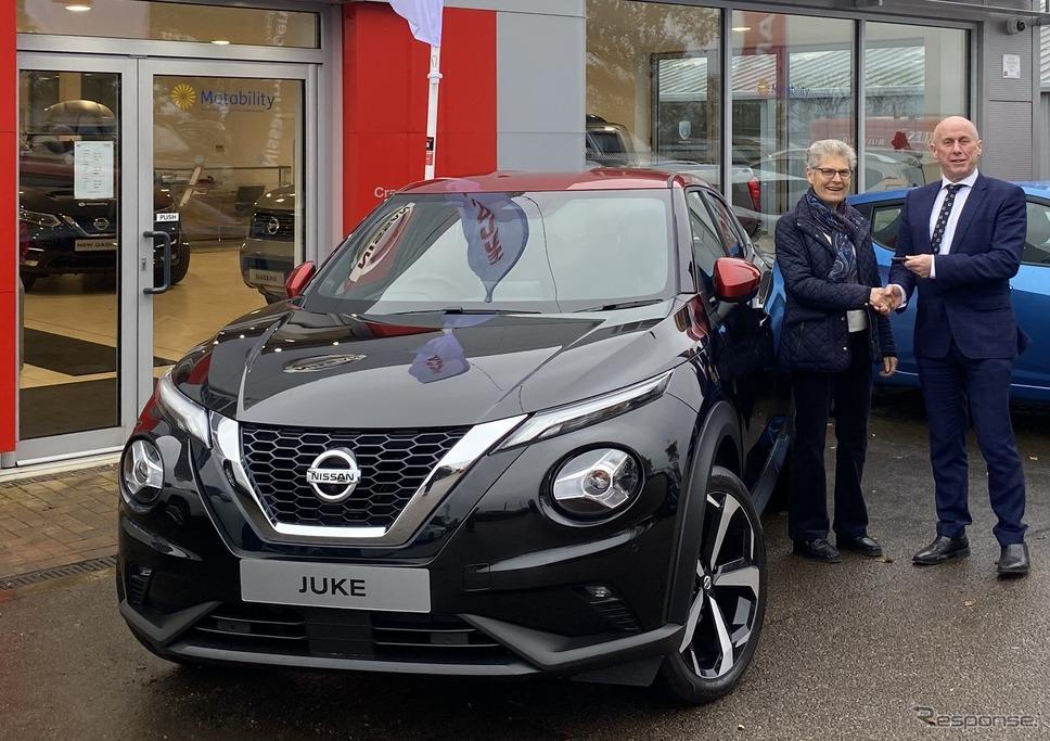 日産 ジューク 新型の第一号車を英国で引き渡し《photo by Nissan》