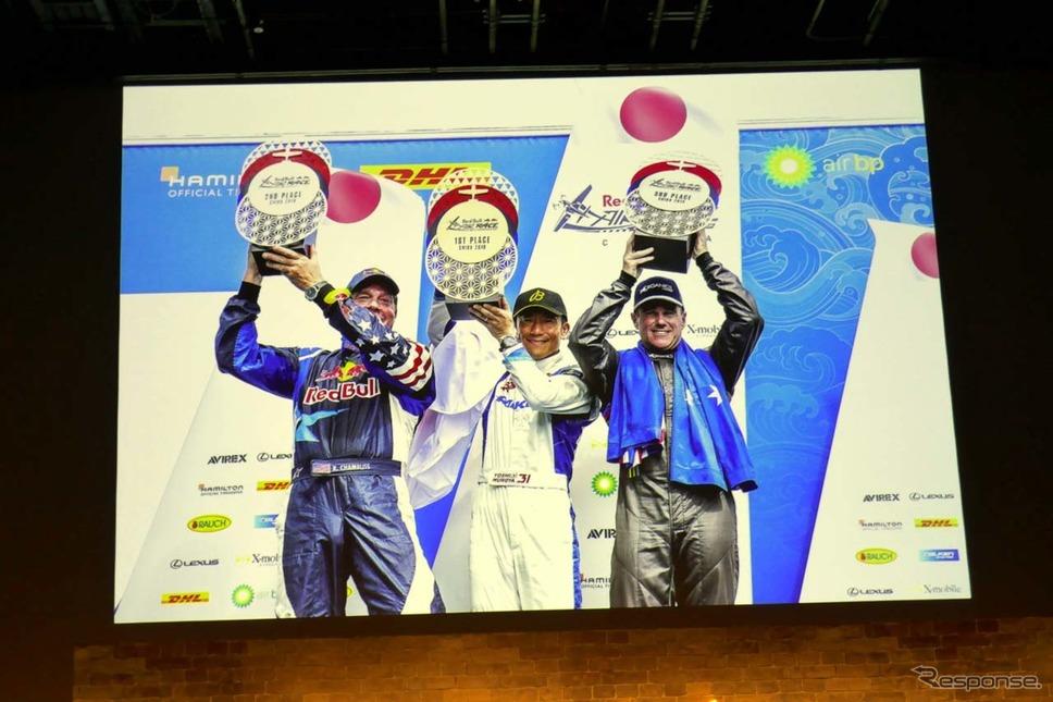 レッドブル・エアレース千葉大会で3度に優賞を果たした室屋義秀選手(中央)