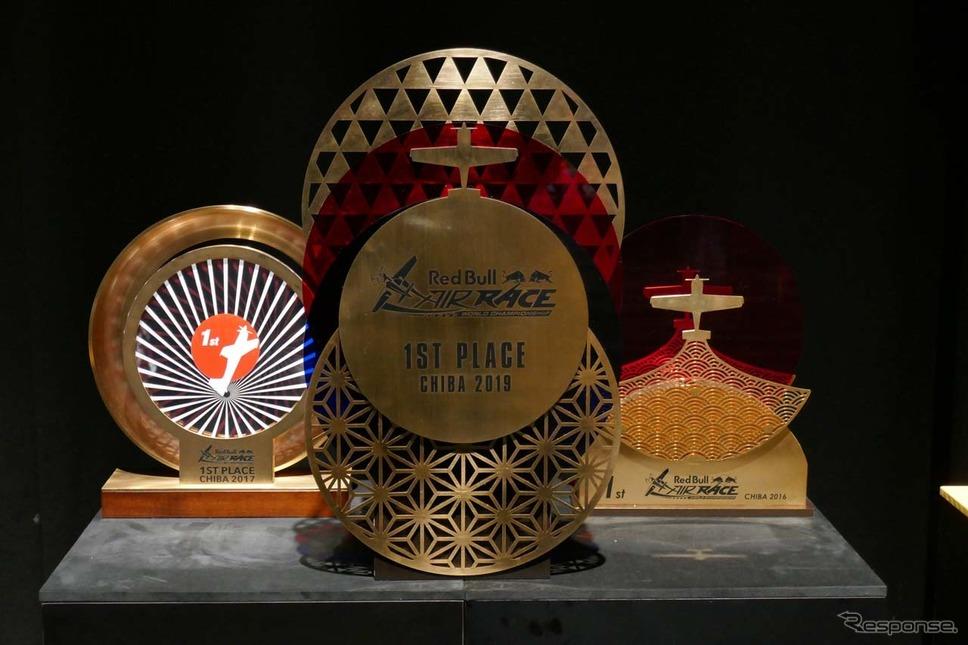 室屋選手が獲得したエアレース千葉大会での優勝盾