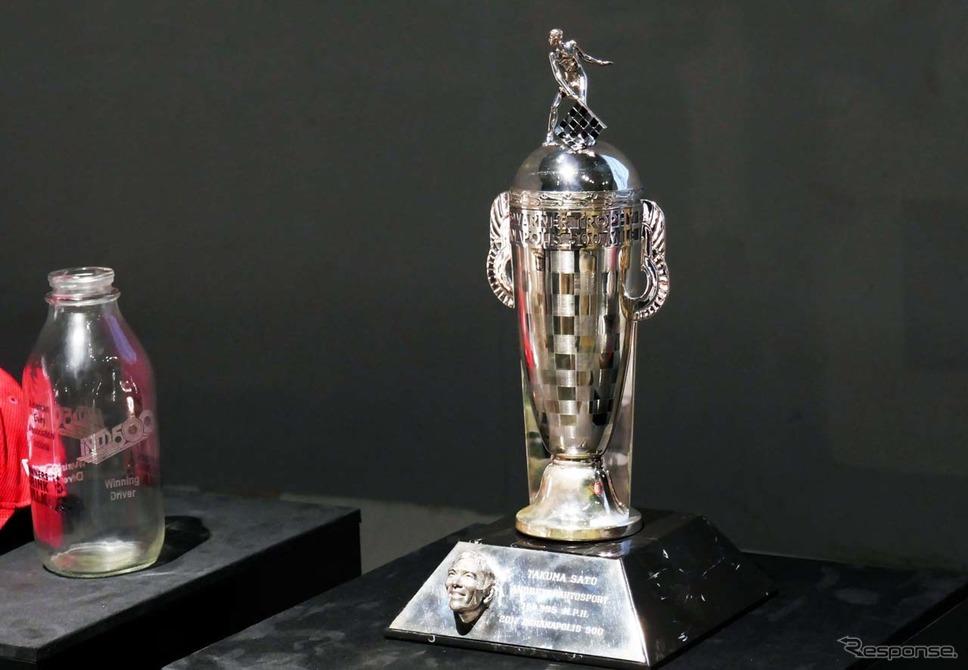 佐藤琢磨がインディ500で優勝した際のトロフィーも展示された