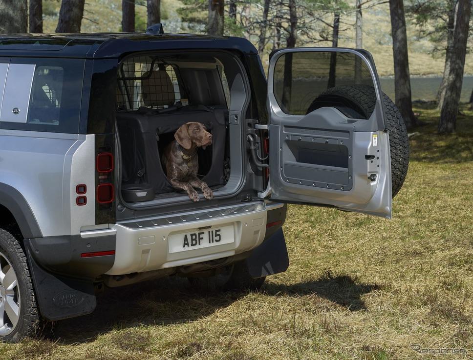 ランドローバー・ディフェンダー 新型と荷室の犬《photo by Jaguar Land Rover》