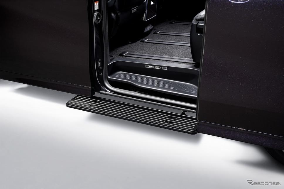 トヨタ ヴェルファイア 電動サイドステップ《画像:トヨタ自動車》