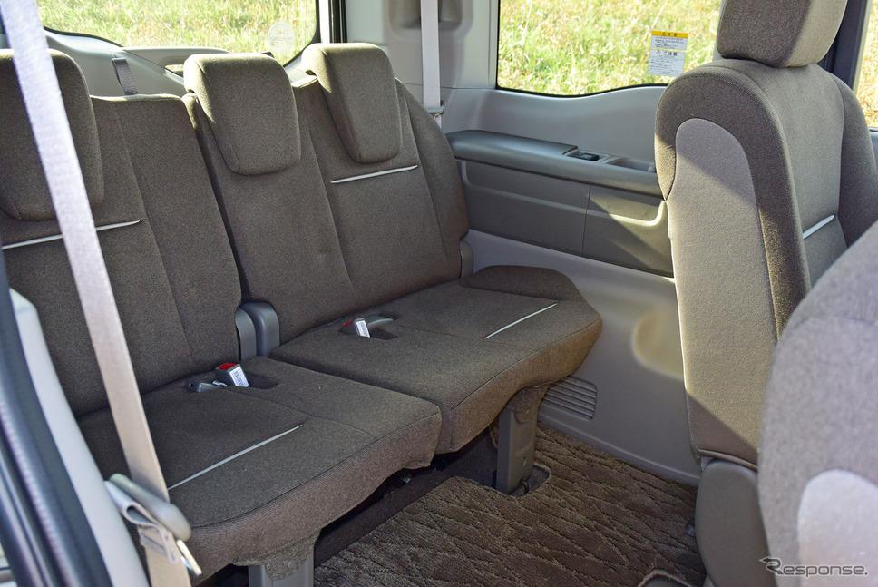 3列目シートも足元は広い。分割収納しなければ3人座ることができ、またドリンクホルダーは5本分用意されるなど、ある程度長時間着座することを意識した設計になっていた。《撮影 井元康一郎》