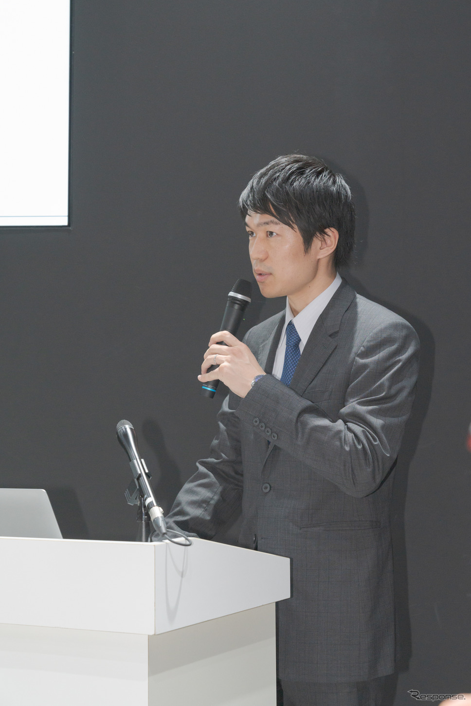 スカパーJSAT株式会社宇宙事業部門事業推進部フリートチームアシスタントマネージャー・古屋弘信氏は、ビデオ映像を交えて衛星通信の解説を行った。《撮影 関口敬文》