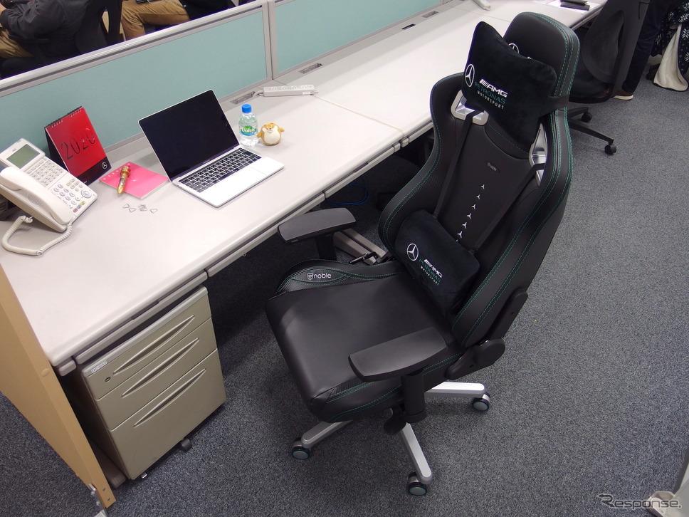 最近のデスクは天板が低いので、椅子のアームレストと干渉する例が多い。《撮影 高木啓》