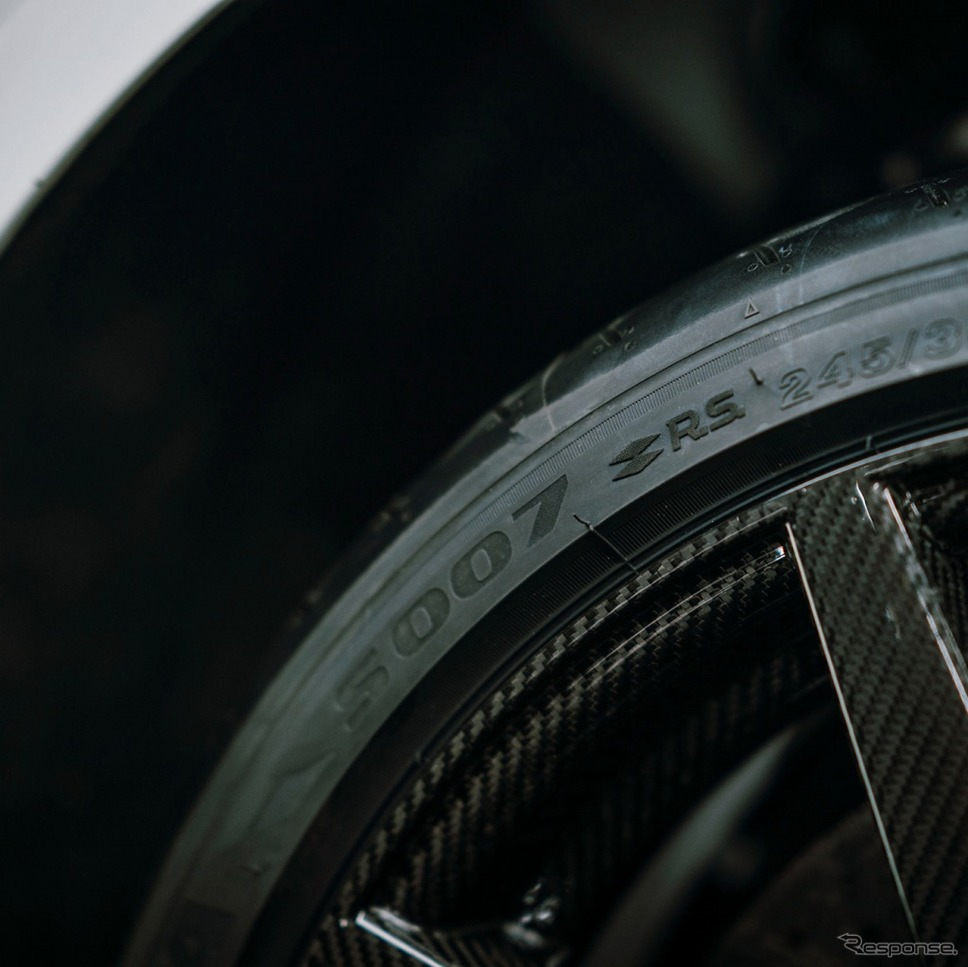 ルノー メガーヌR.S.トロフィーR カーボンセラミックパック R.S.ロゴ入りブリヂストン ポテンザ S007 タイヤ+カーボンホイール《画像:ルノー・ジャポン》