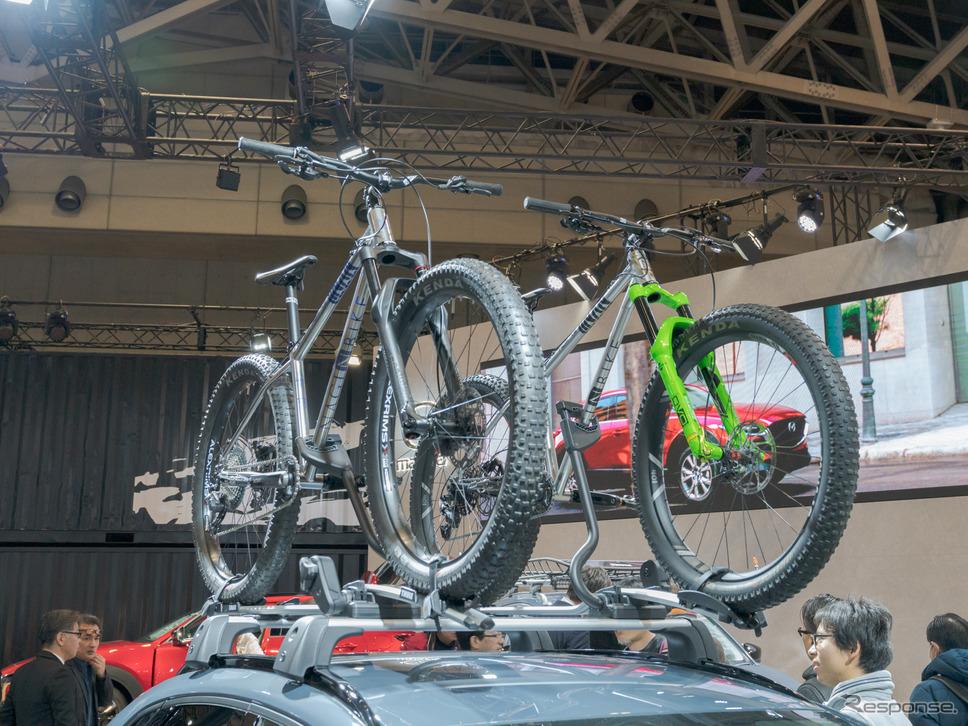 『NAGI BIKE』のマウンテンバイクということで注目している人も多い。(東京オートサロン2020)《撮影 関口敬文》