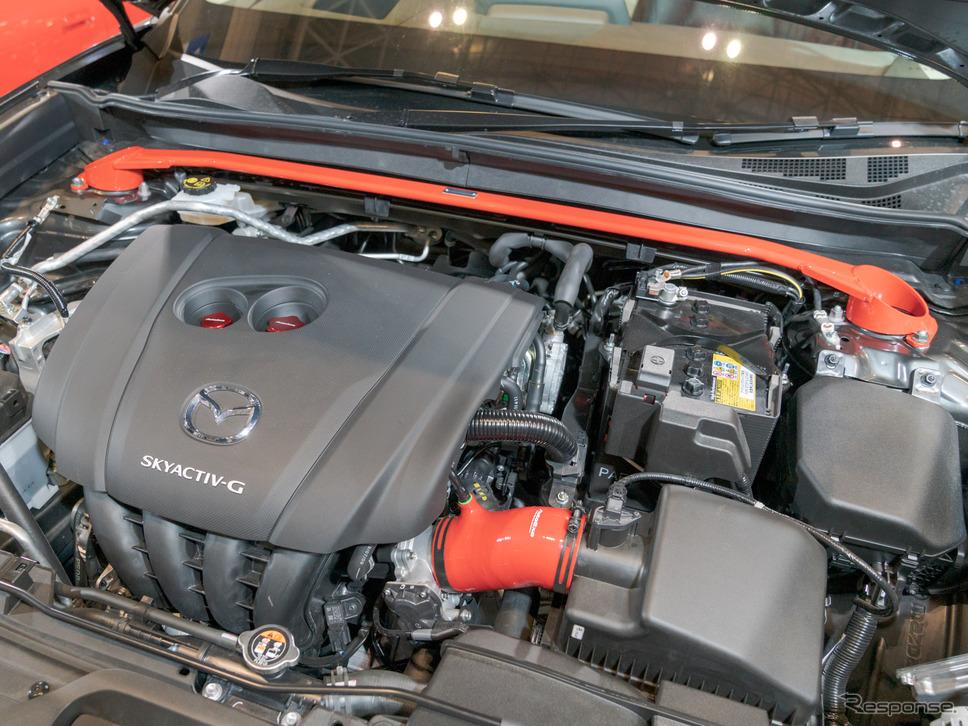 エンジンルームには、ストラットタワーバーとインテークサクションキットが取り付けられていた。(東京オートサロン2020)《撮影 関口敬文》