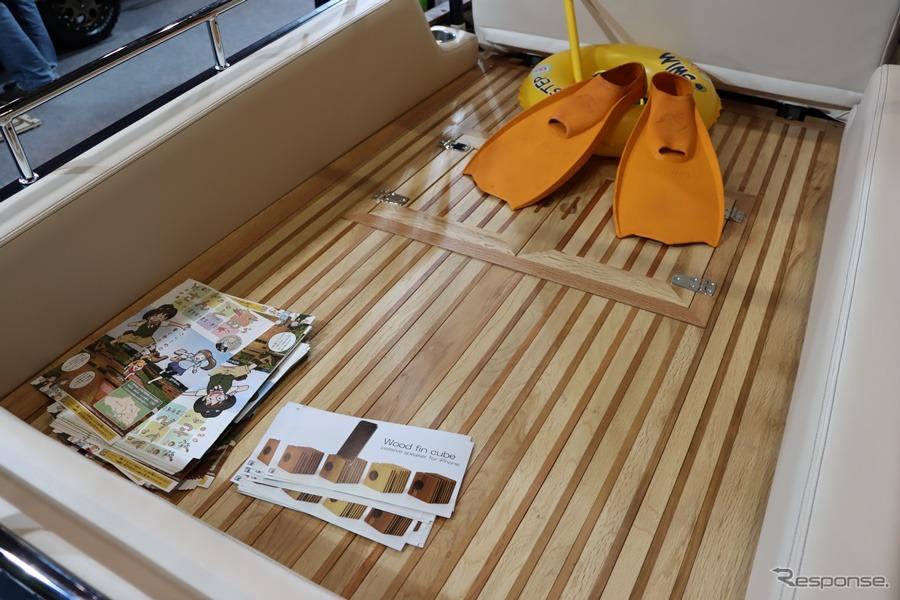 リアのウッドデッキ部分はとてもきれいな仕上がりだがすべて本物のウッドで仕上げられている。埼玉の木材を用いて様々な木工作品を制作する高村クラフト工房の仕事だそうだ。《撮影:中込健太郎》