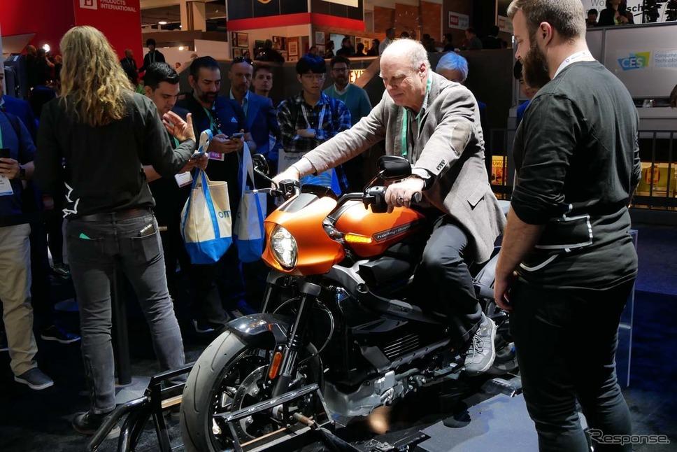 電動バイク「LiveWire」の展示では、電動バイクのモーターを開展させて加速フィーリングを味わうことができた