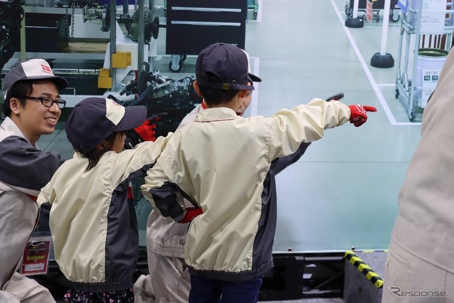 安全行動、ヨシ!すべての始まりは安全確認から。オートサロンダイハツブースでは子供向け「エンジン組み立てチャレンジ」コーナーが設けられた。撮影:中込健太郎