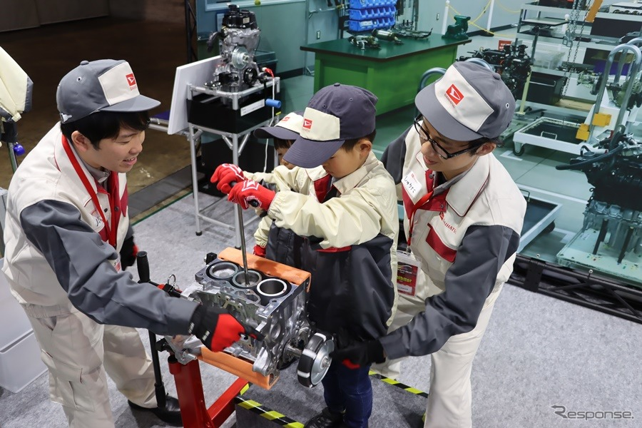 軽自動車ようなのでコンパクト、とはいえ子供にとっては決して小さくはないエンジン。こういうものが動いているということを肌でかじることができるだけでもオア値は大きい。撮影:中込健太郎