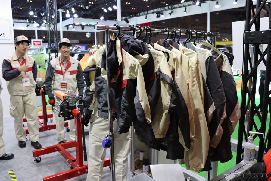 様々なサイズの作業着が用意される。撮影:中込健太郎
